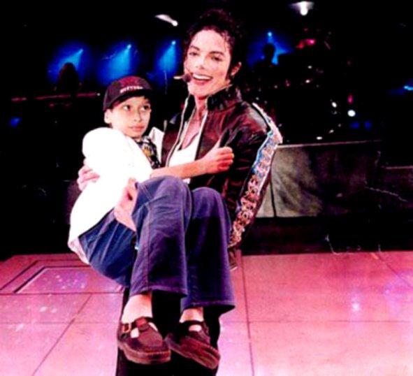 """Képtalálat a következőre: """"michael jackson with children on stage"""""""